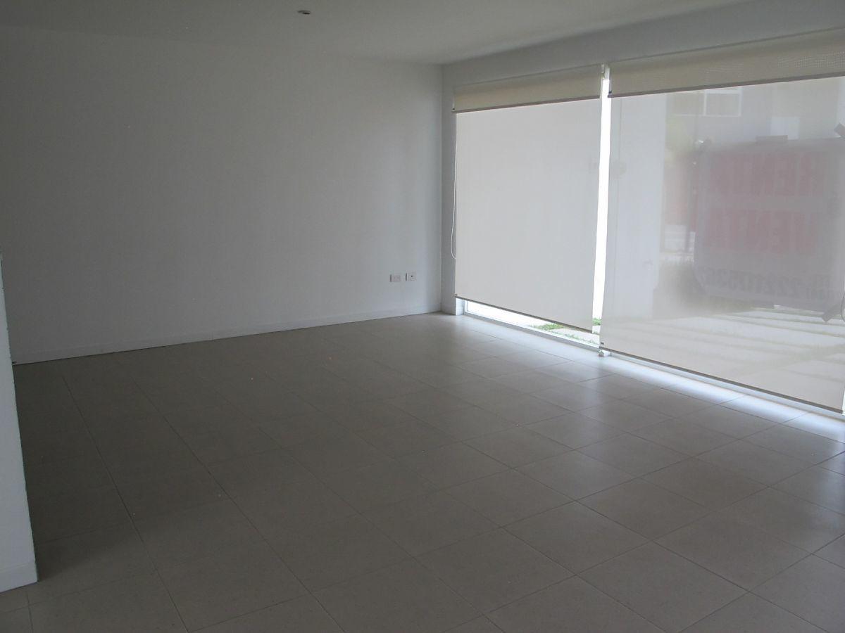 4 de 17: Sala con persianas.