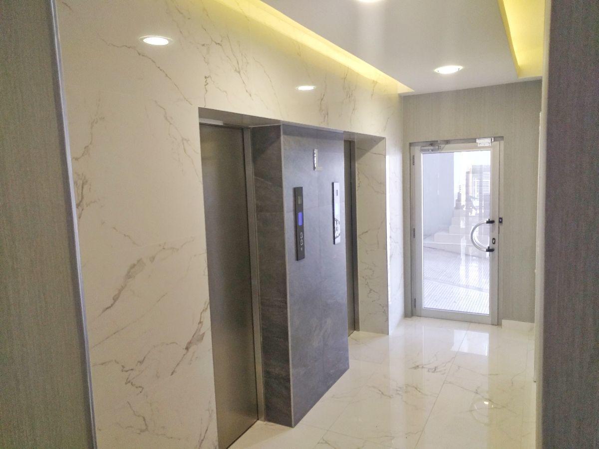 8 de 26: Dos ascensores contiguos al lobby