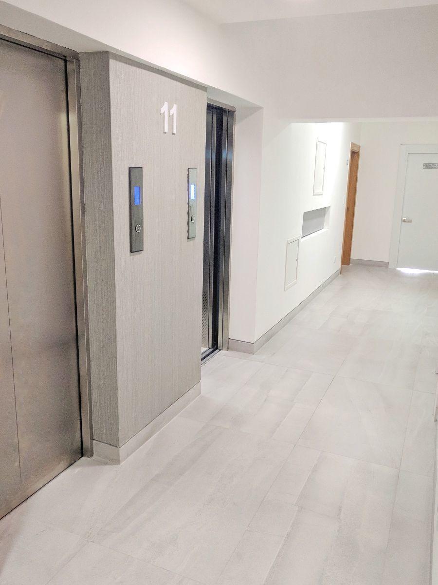 16 de 26: Vista de los dos ascensores en pasillo de entrada.