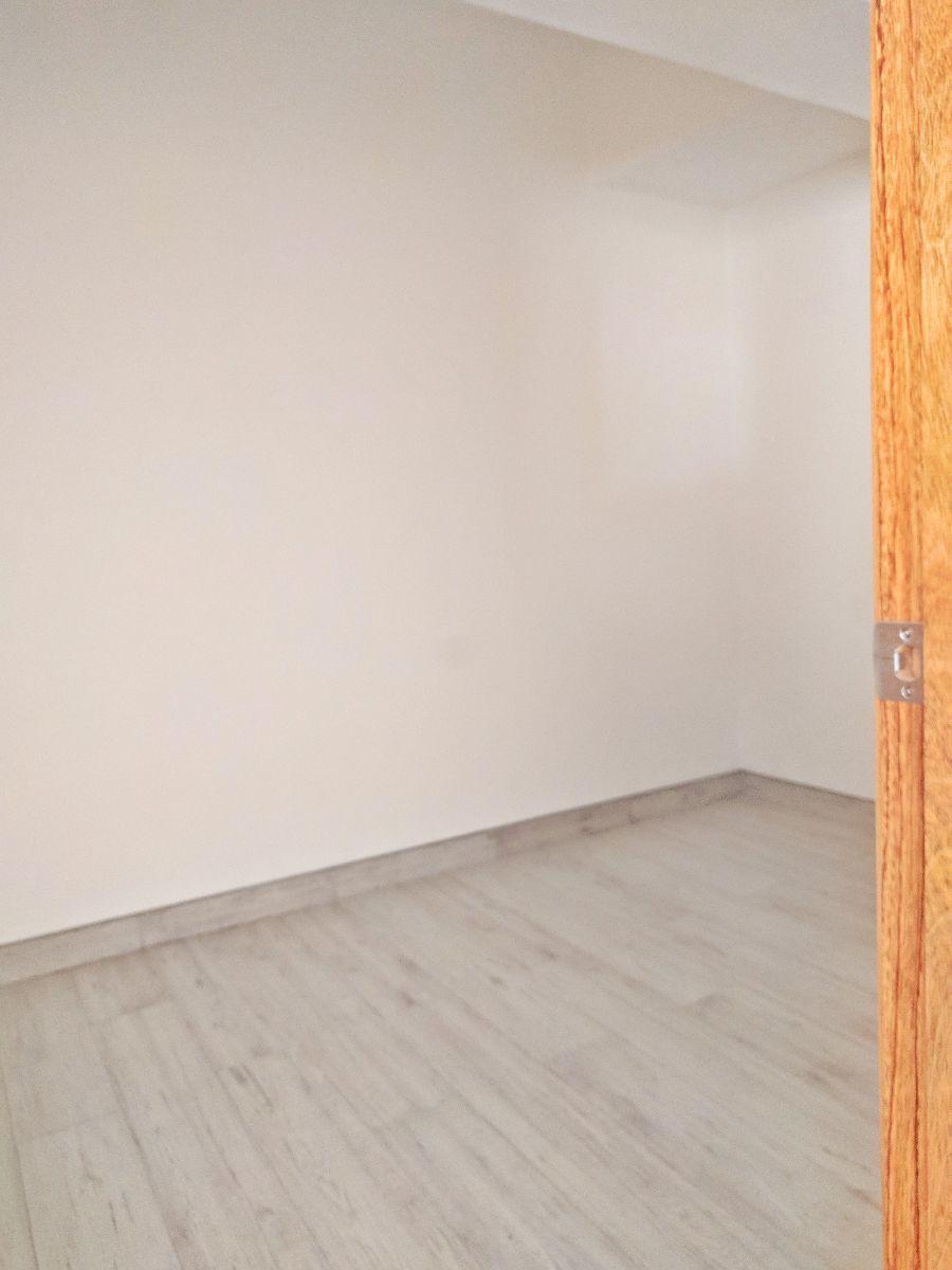 17 de 26: Amplio walking-closet de la habitación principal