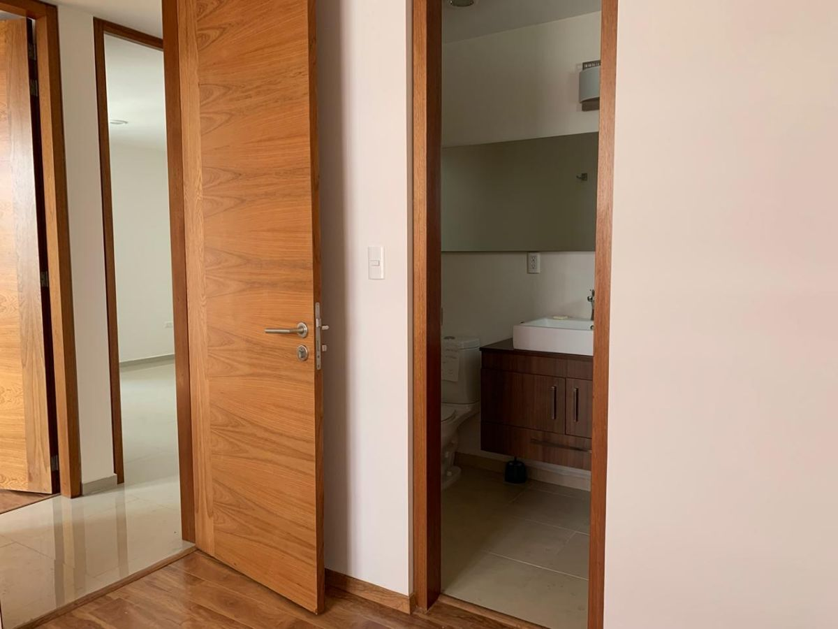 13 de 14: Baño completo en recámara principal.