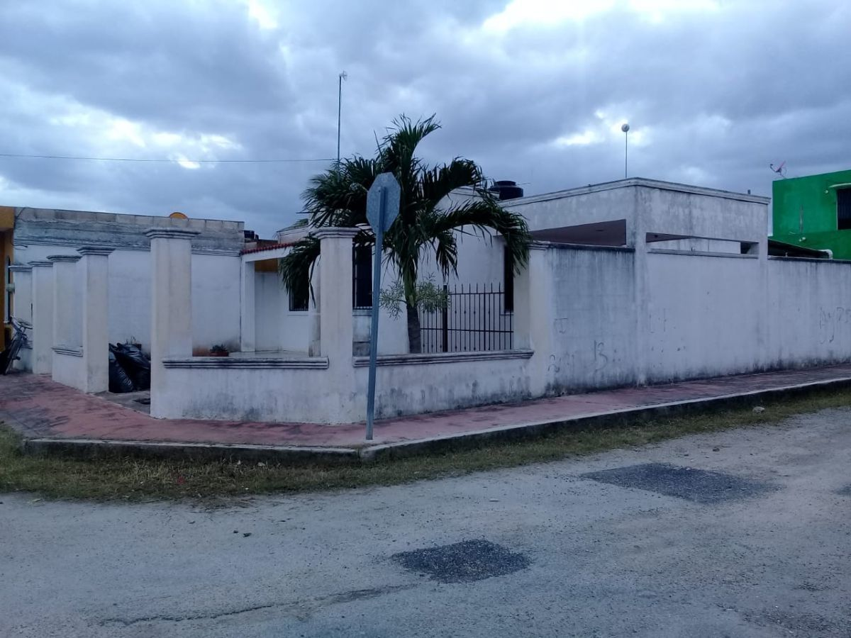 1 de 8: Frente de la casa, con 2 calles de acceso