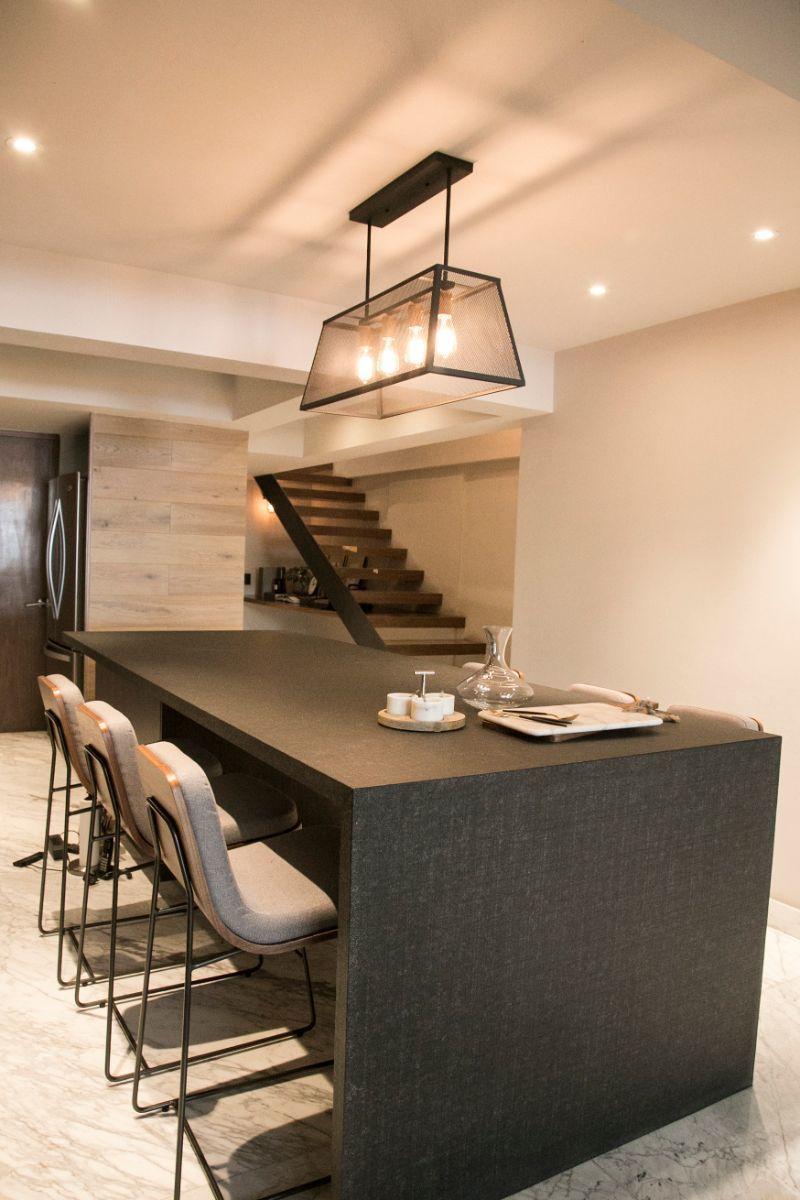 4 de 13: Cocina y acceso al segundo piso