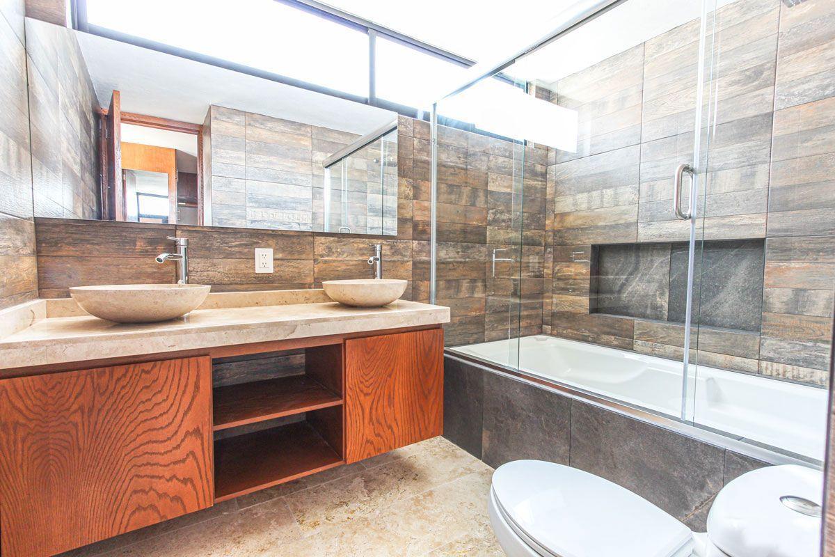 11 de 16: Baño recámara principal con tina.