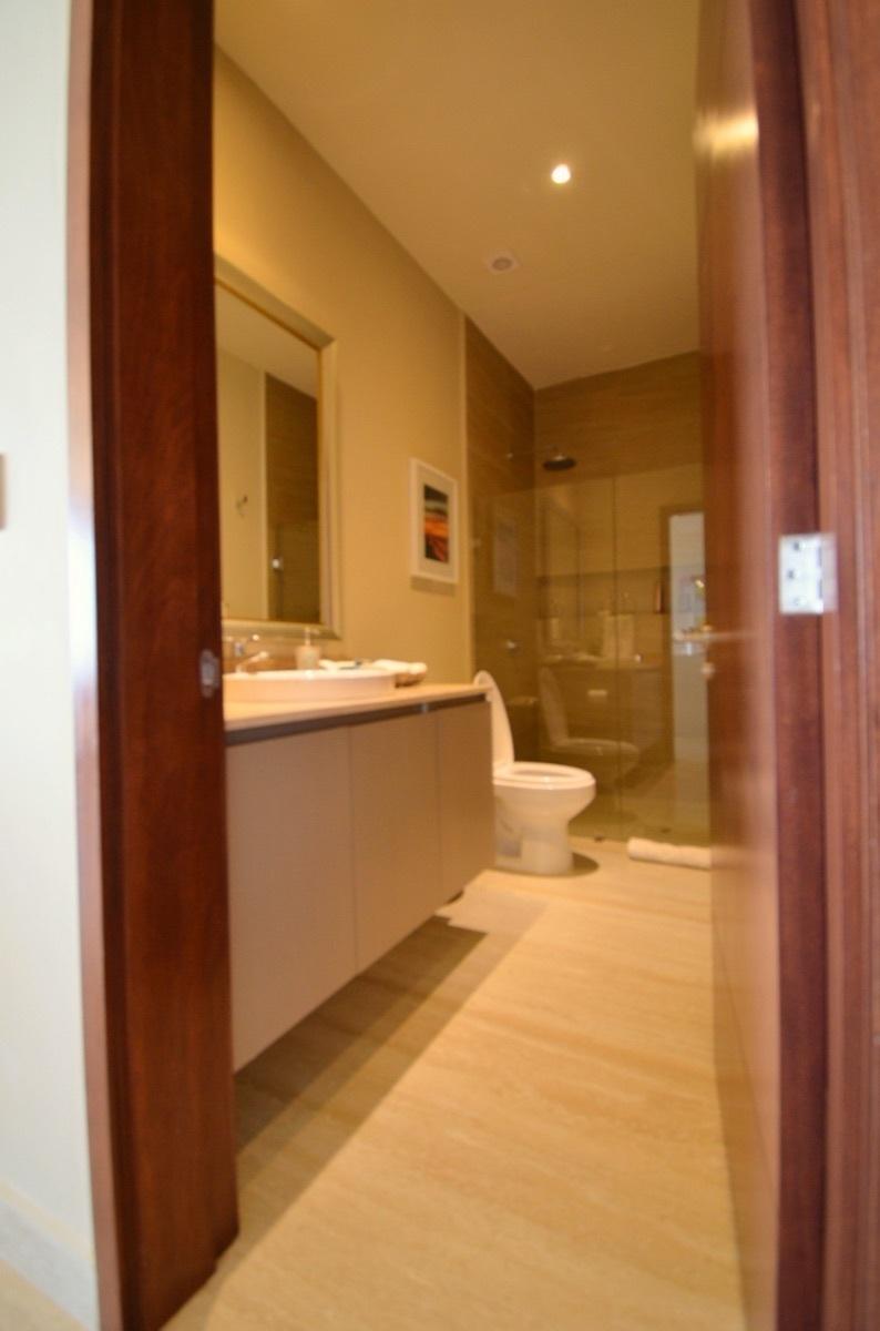 27 de 31: Full Bathroom 3