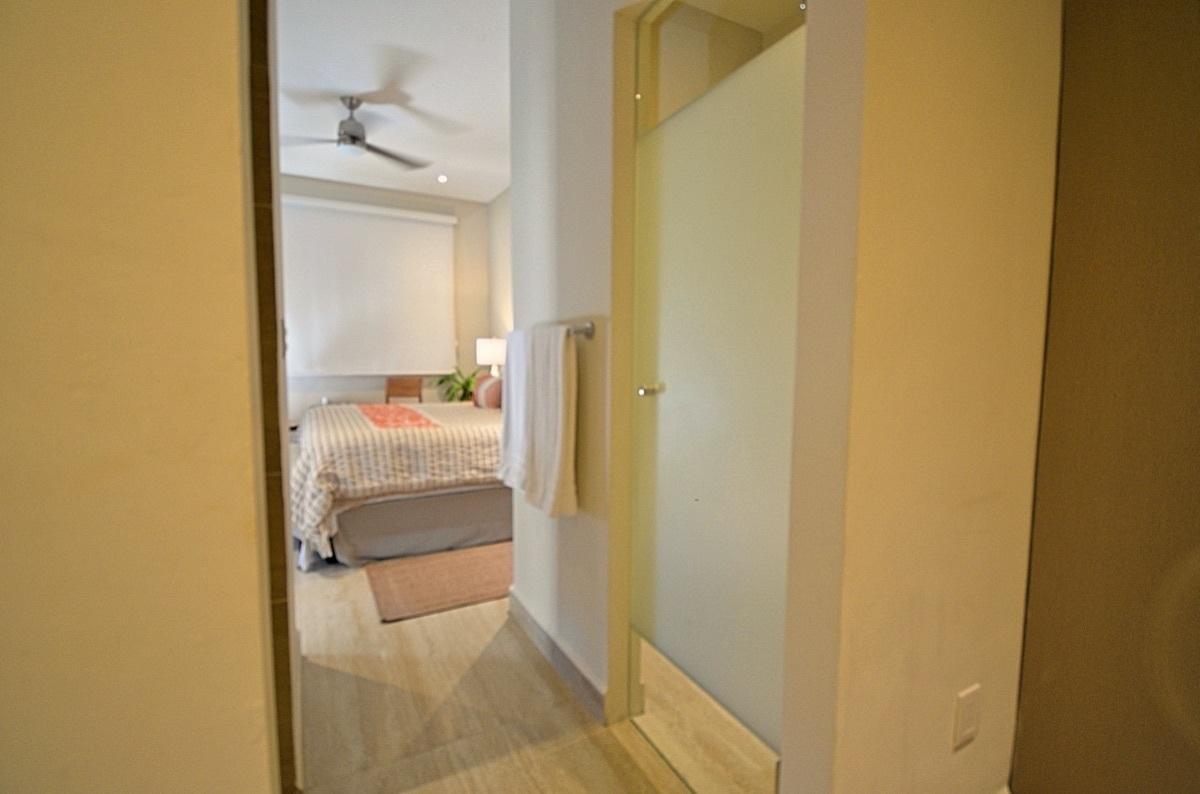 15 de 31: Master Bathroom and Master Bedroom