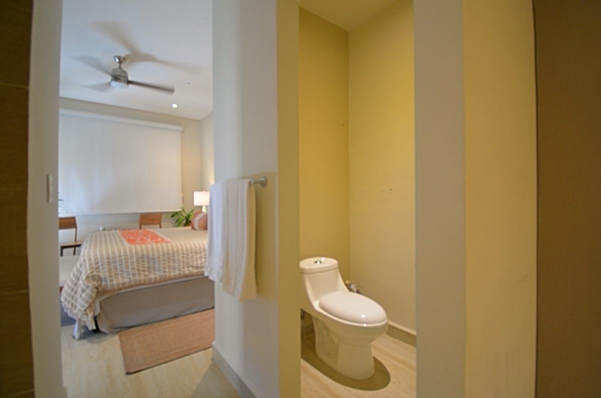 16 de 31: Master Bathroom and Master Bedroom