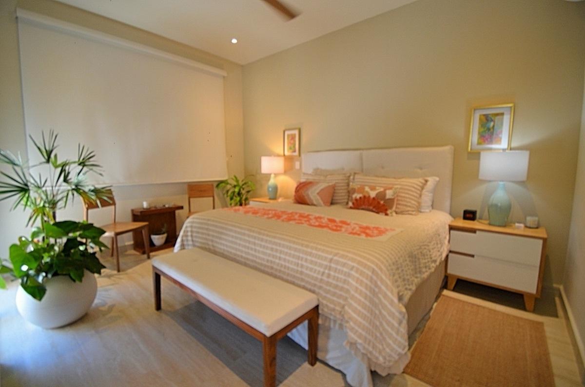 21 de 31: Master Bedroom with Hurricane Shutters