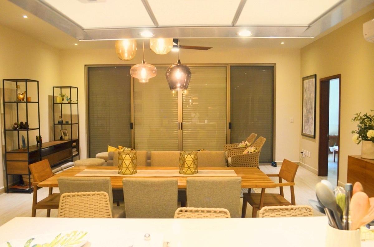 8 de 31: Living Room, Hurricane Shutters