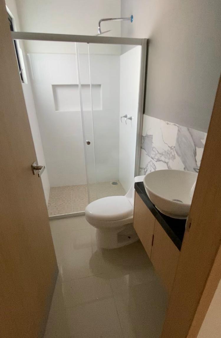 9 de 11: Vista de baño con cancel de cristal templado