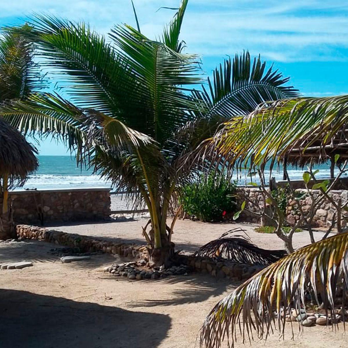 2 de 9: Casa y terreno en venta a pie de playa