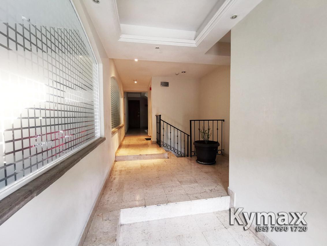 7 de 46: Pasillo de la Entrada a las escaleras y elevador