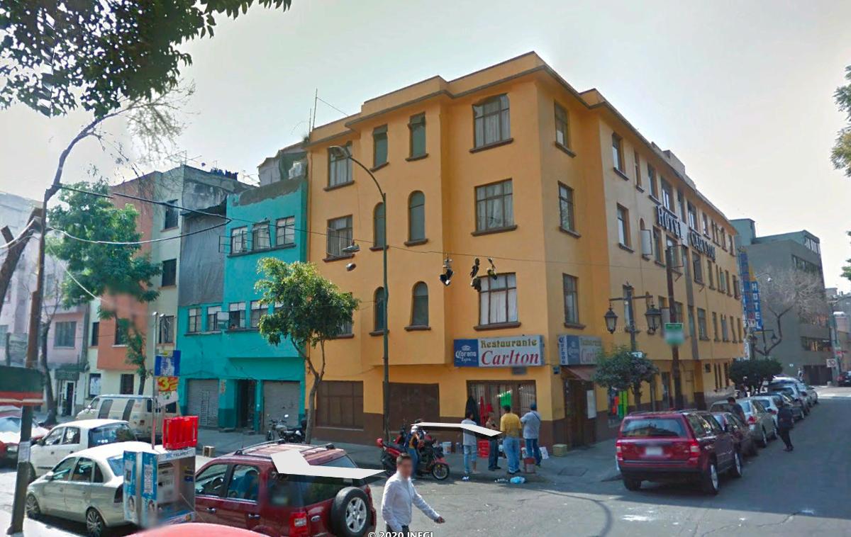 2 of 15: Edificio de cuatro pisos en esquina