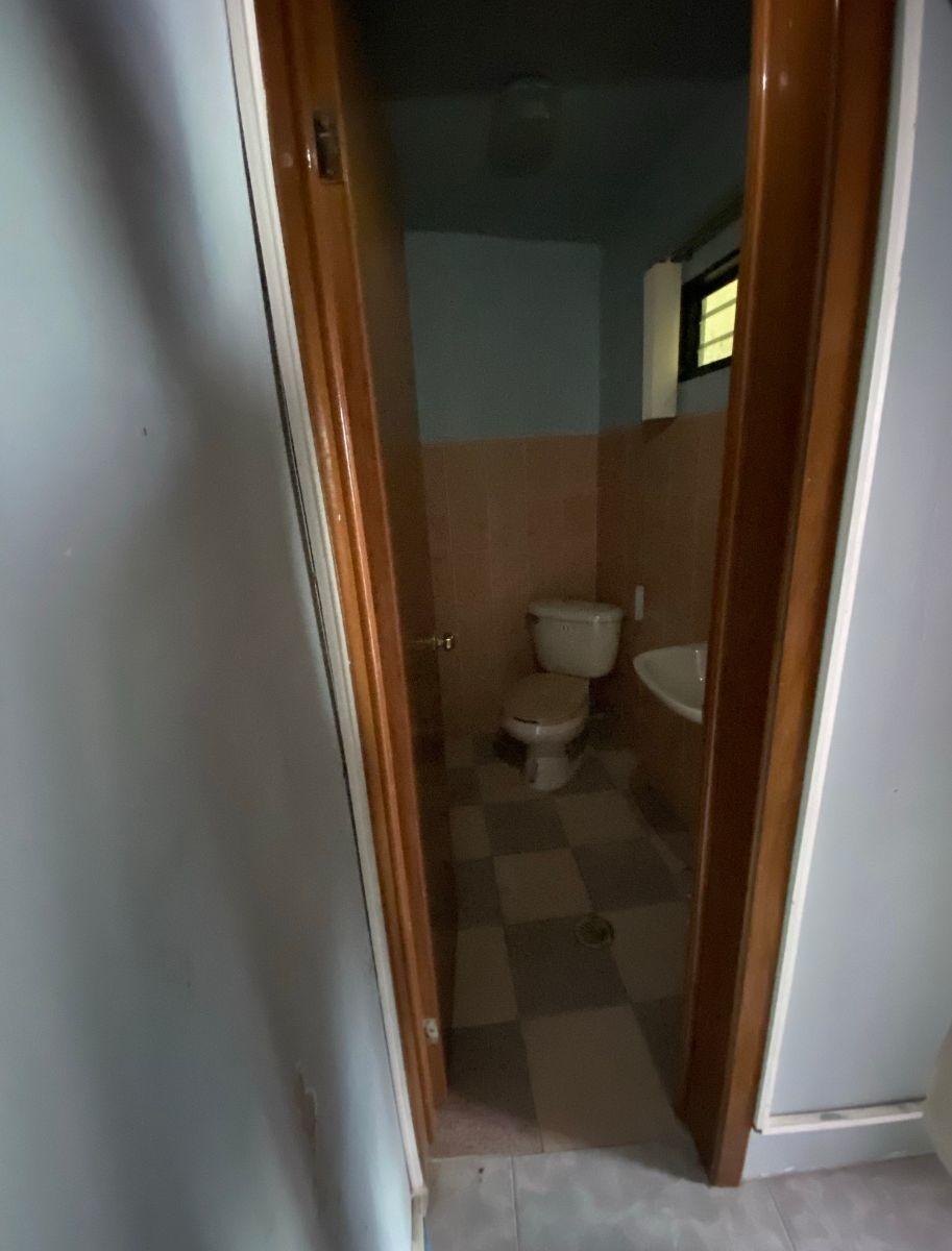 13 de 16: Baño oficina 3-primer piso