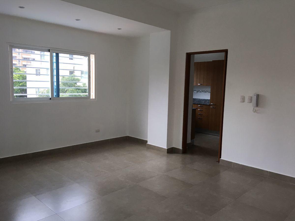 2 de 10: Area de comedor y puerta hacia la cocina