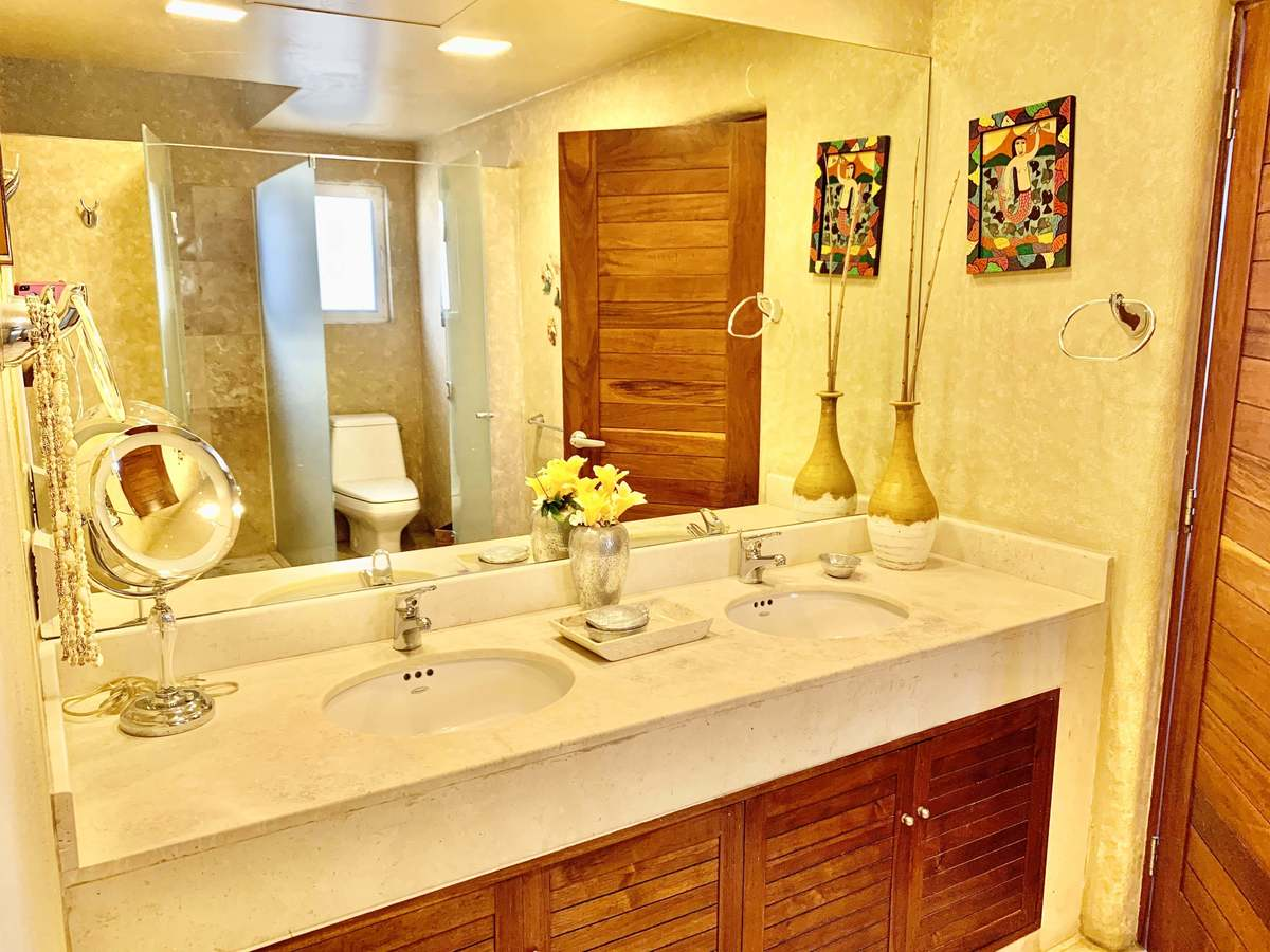 42 de 46: MARBLE TAILS AND COUNTERTOPS IN BATHROOMS