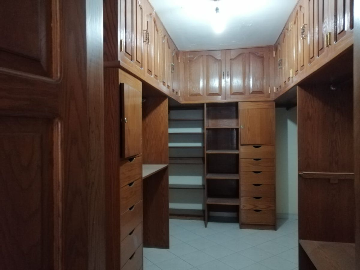 9 de 15: Closet con vestidor