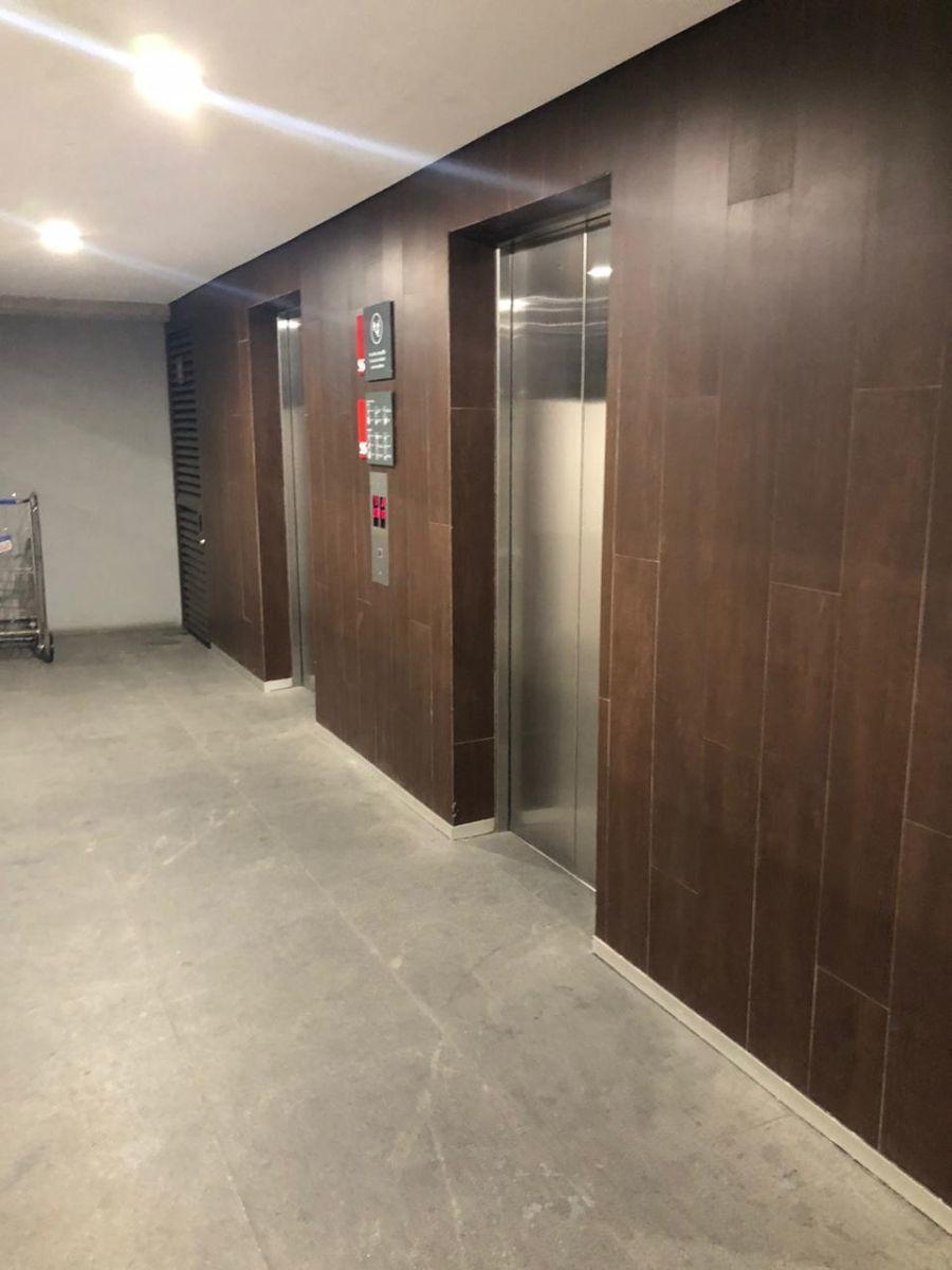 7 de 9: Vestíbulo de elevadores
