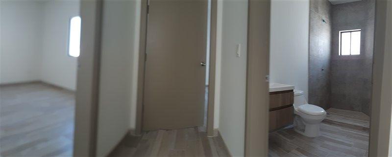 15 de 21: Panoramica del pasillo superior, vista baño y puertas recama