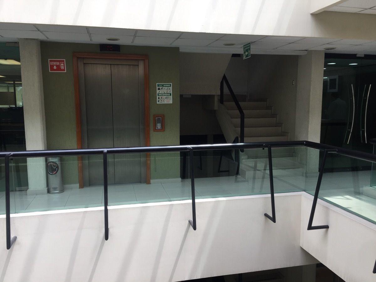 3 de 10: pasillos y domo central que ofrece iluminación natural