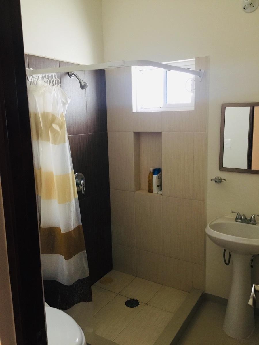 9 de 23: Segundo baño en corredor