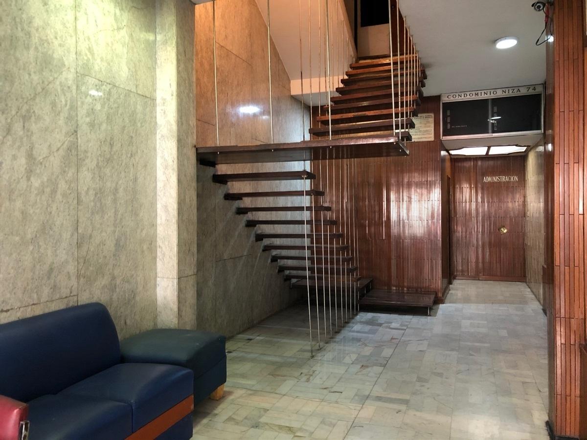 18 de 22: Lobby y escaleras