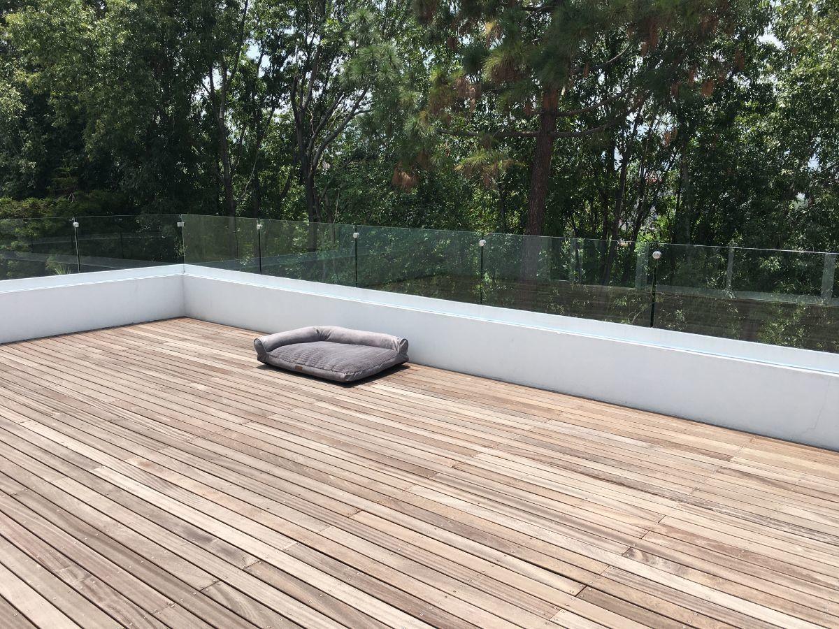 32 de 40: Terraza con deck de madera