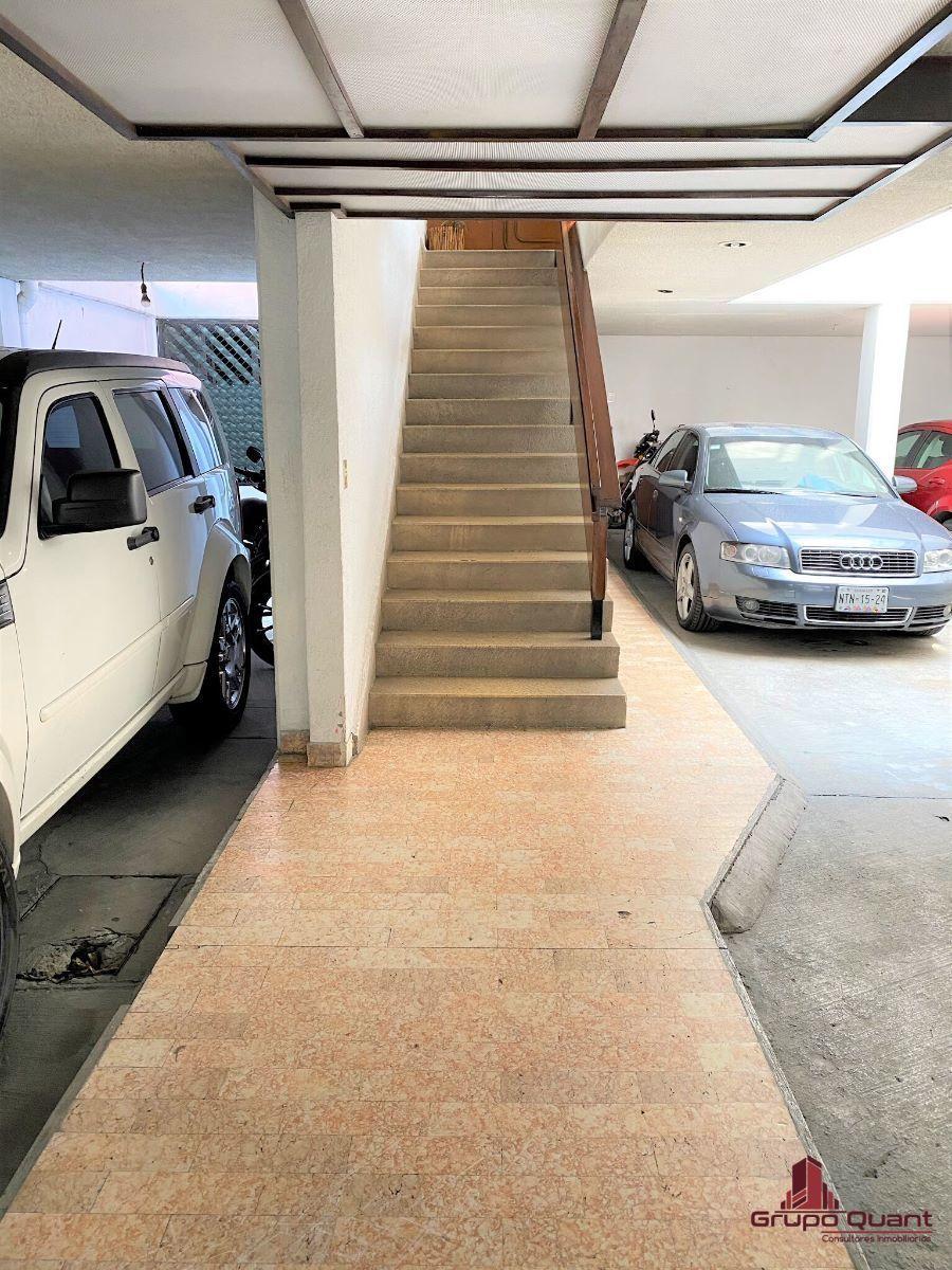 2 de 28: Entrada y escaleras de acceso