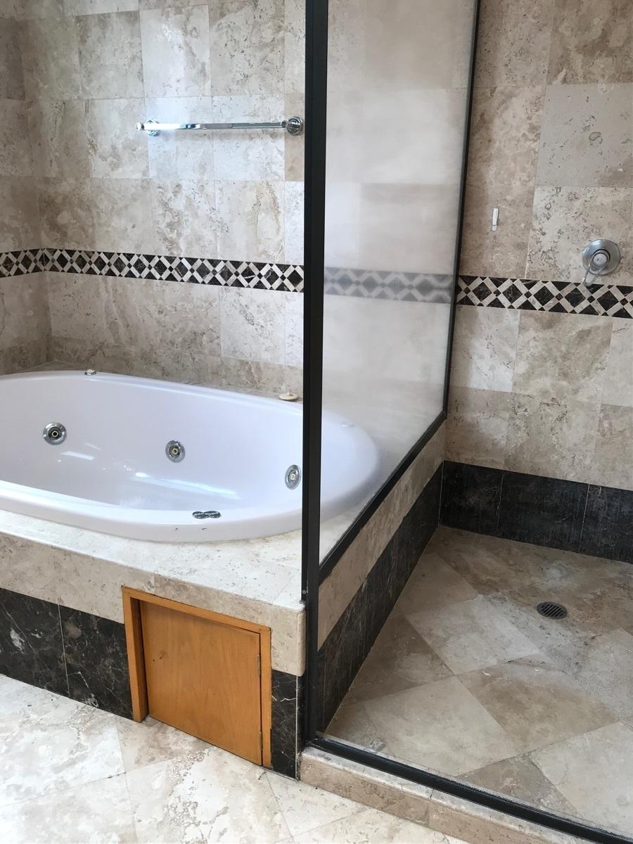9 de 24: Baño principal con jacuzzi