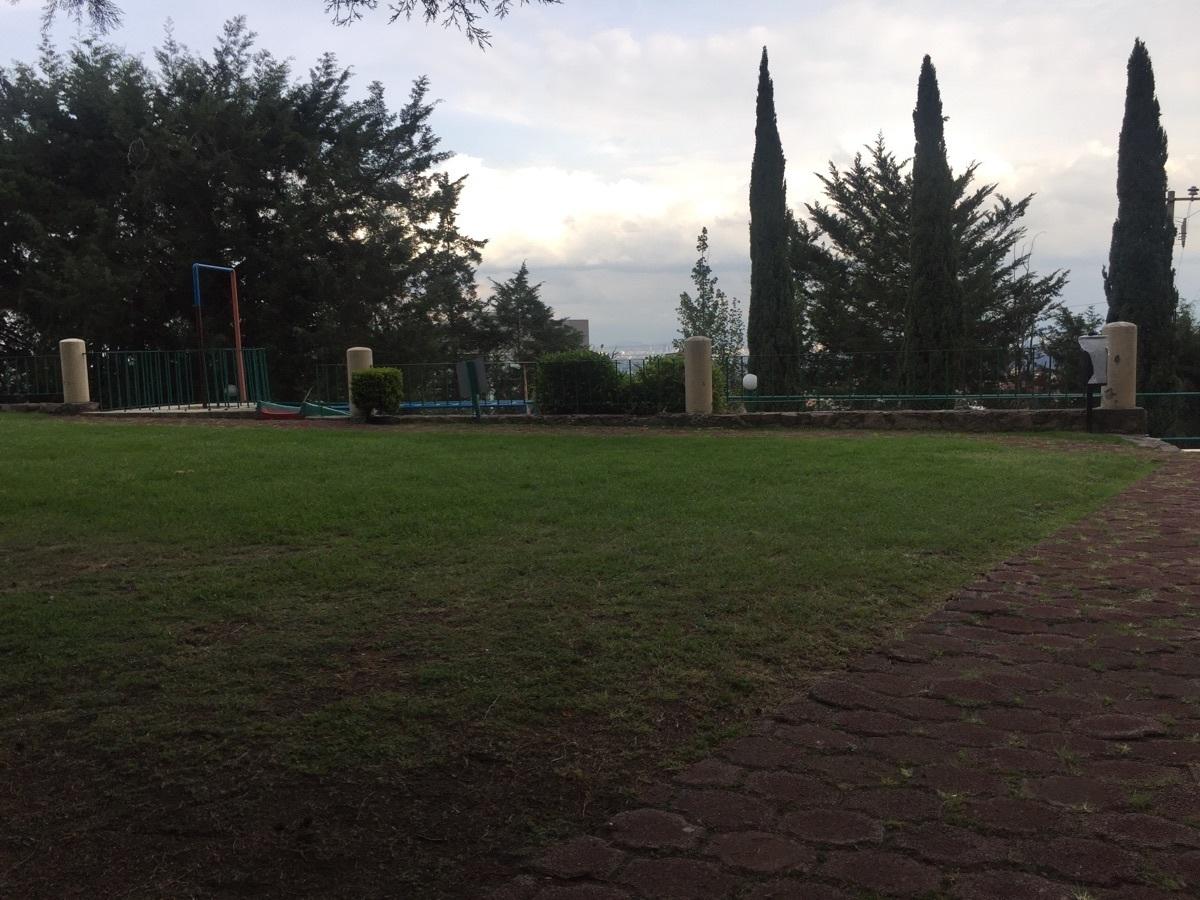 30 de 33: Jardín y área de juegos