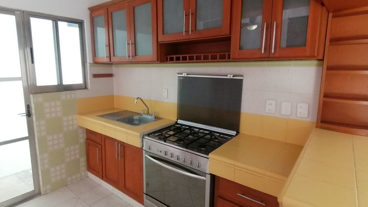 7 de 24: La cocina está equipada con estufa cajones y muchas alacenas