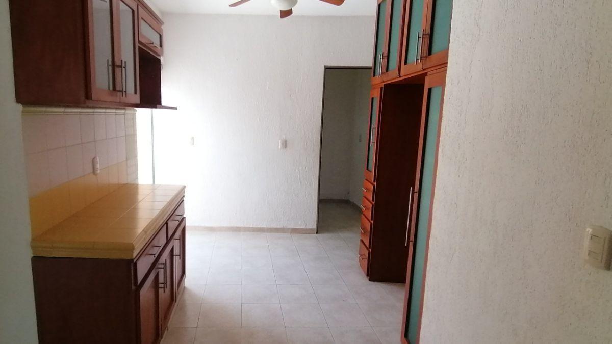 9 de 24: Desayunador con muebles, ventilador y lavandería al fondo