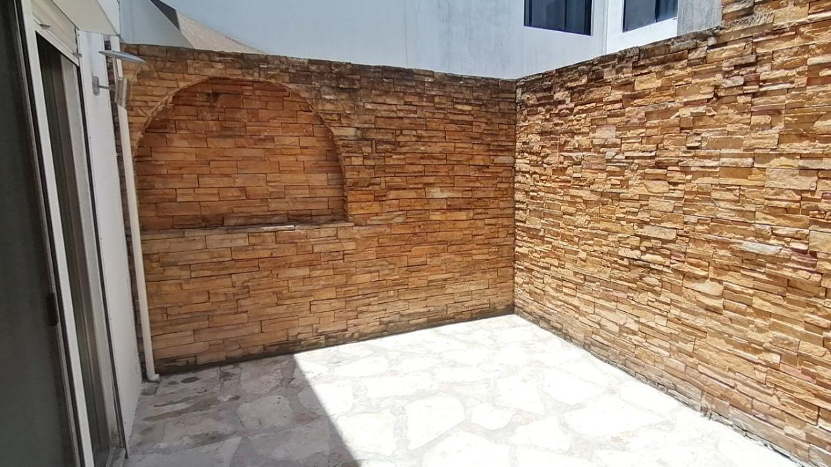 10 de 24: Patio trasero de ±15m2 con piedra decorativa y arbotante