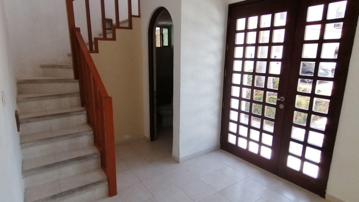 12 de 24: A la entrada está la escalera al segundo piso y medio baño