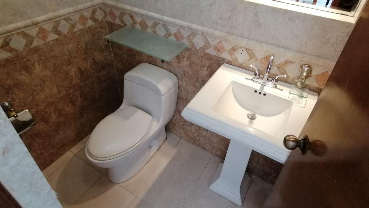 13 de 24: El medio baño es amplio y tiene doble iluminación