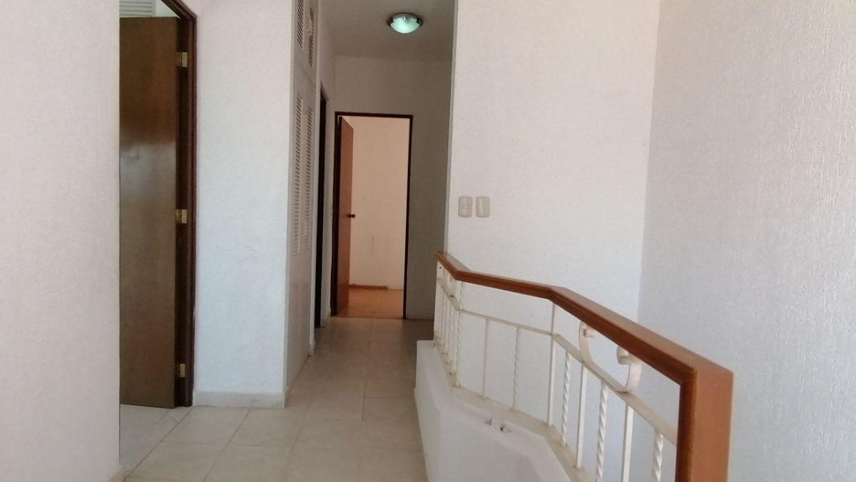 15 de 24: Pasillo planta alta con barandal y closet de blancos