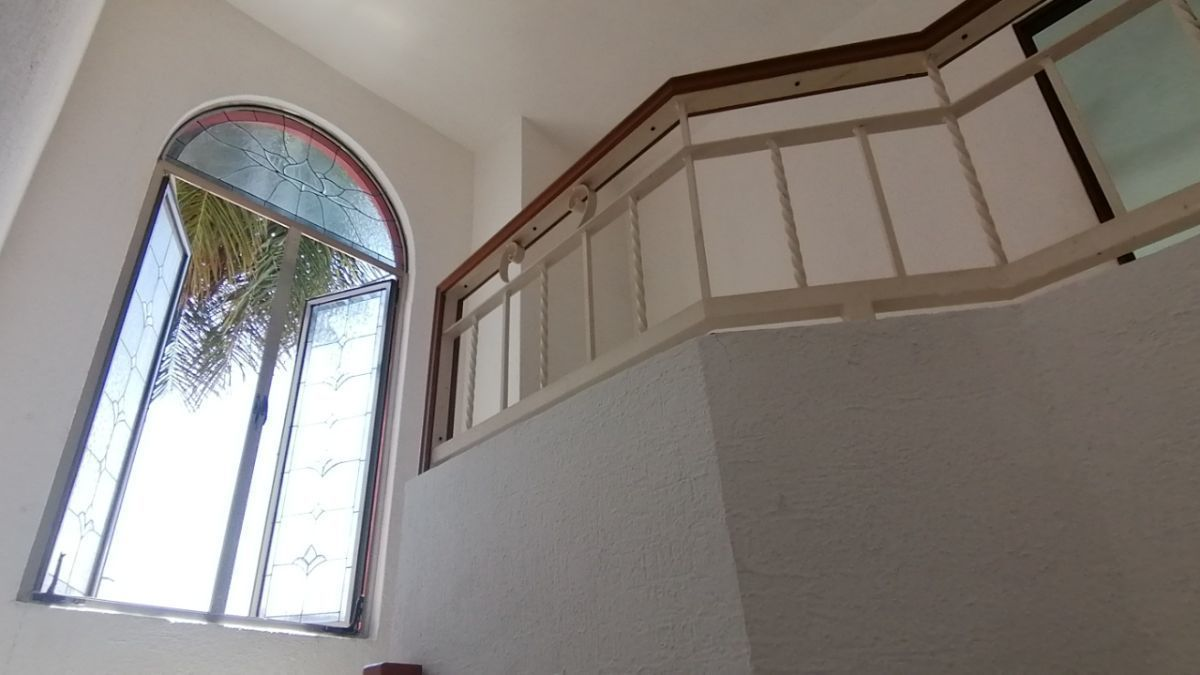 14 de 24: Vista del vitral frontal desde la escalera