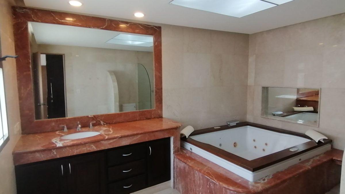 22 de 24: Baño principal con amplio lavabo, espejo y mucha iluminación