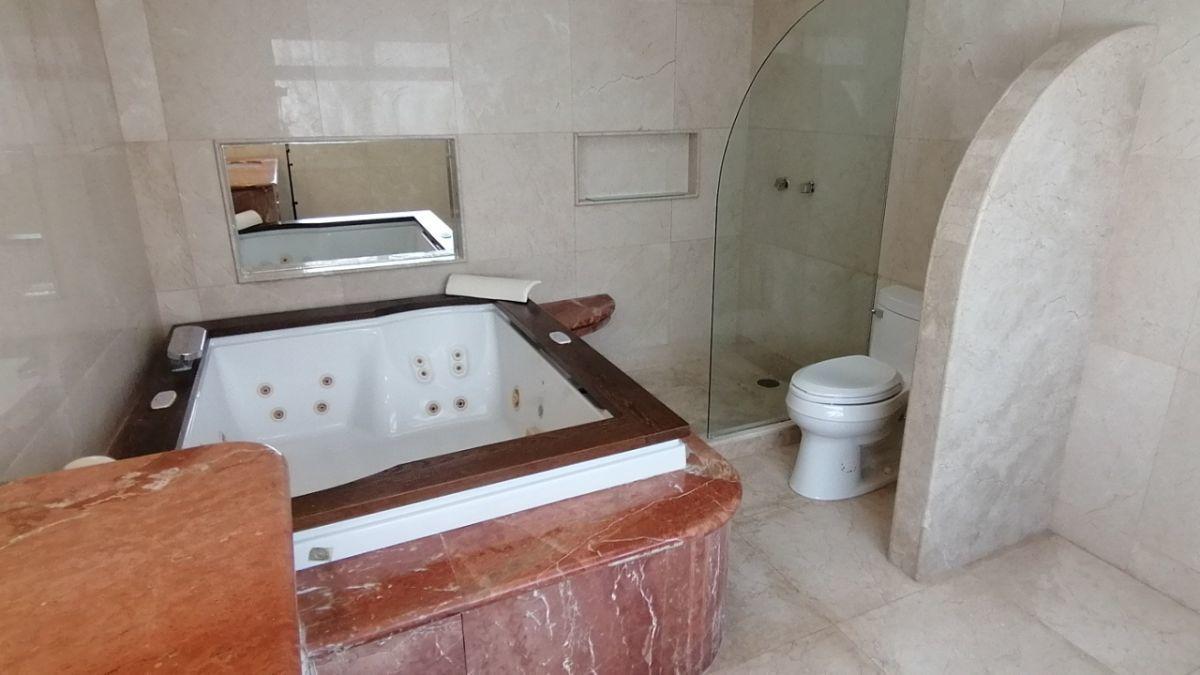 23 de 24: Baño principal con tina con espejo y regadera con cristal