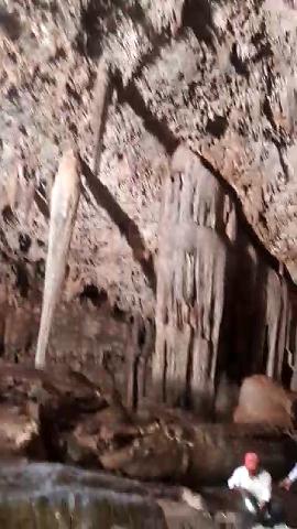 13 de 13: En el techo penden fuertes estructuras de estalactitas