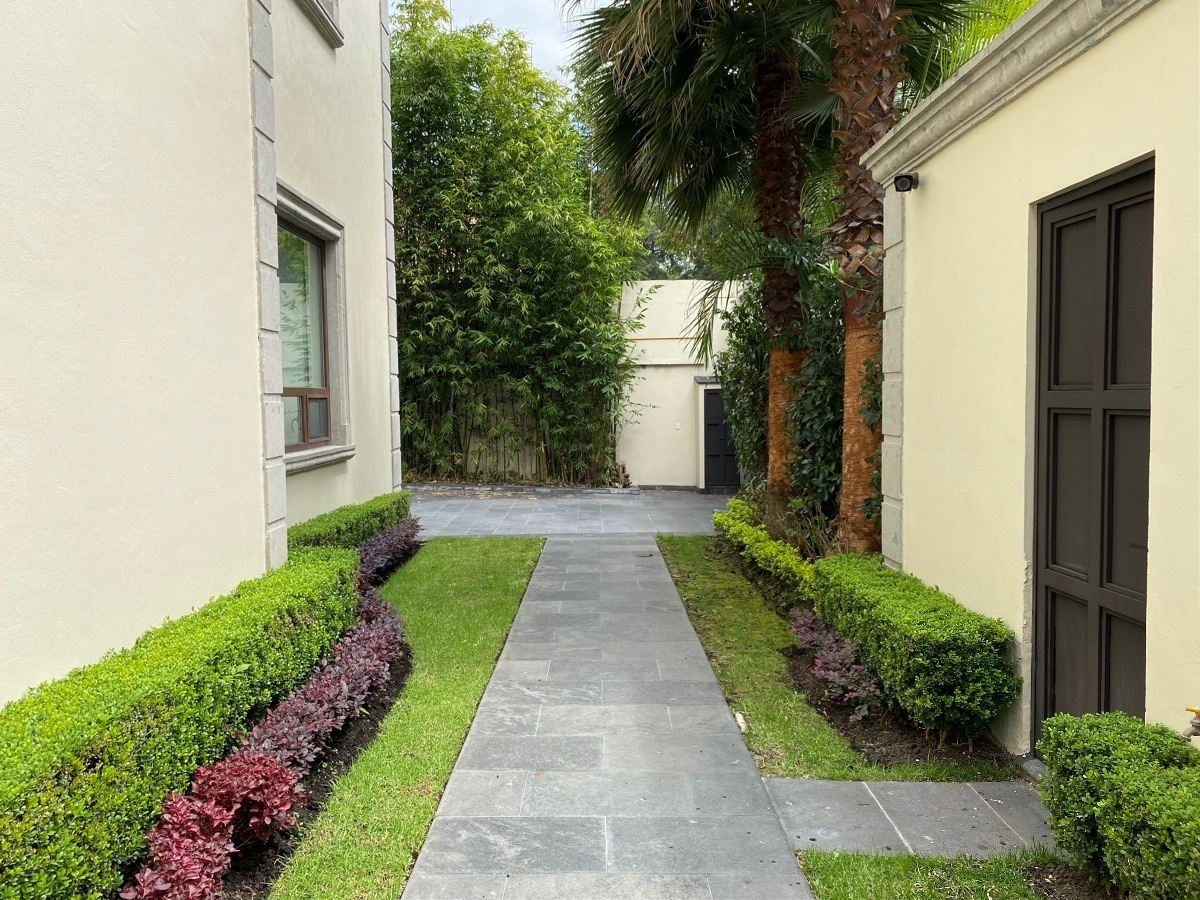 5 de 47: Jardines laterales