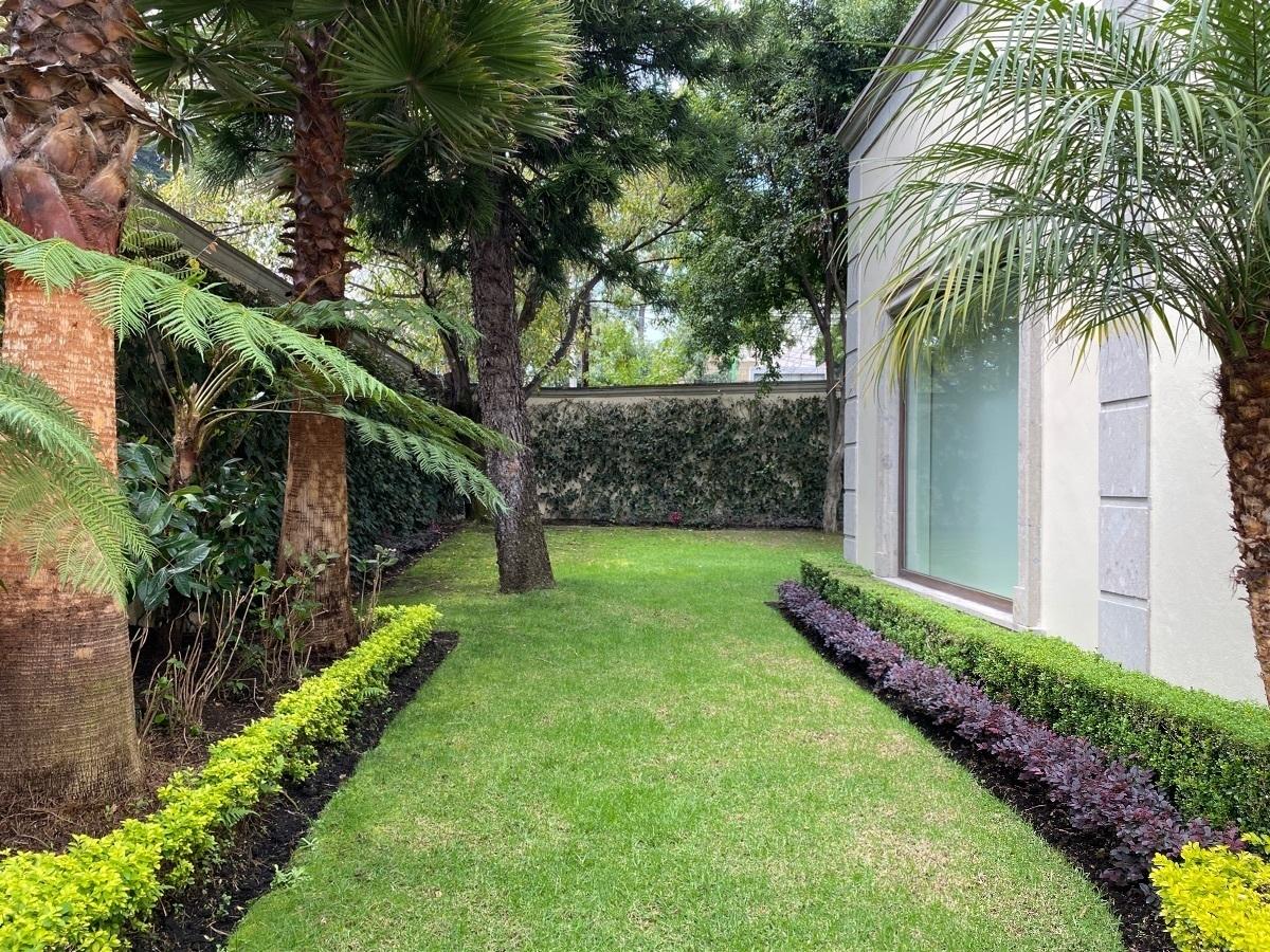 1 de 47: Jardines rodean la casa