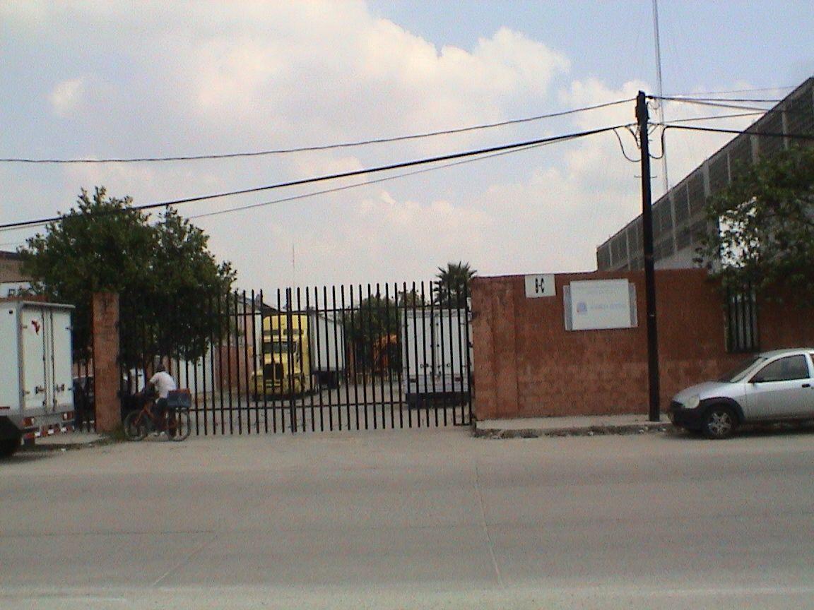 2 de 11: Primer acceso general  con portón y  caseta vigilancia