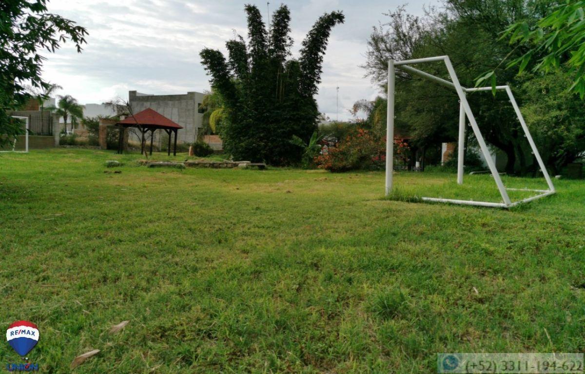 12 de 14: Canchas de futbol, áreas comunes.