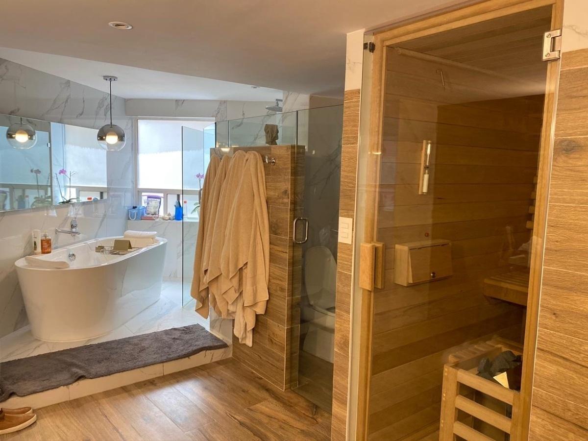 5 de 14: Baño recámara principal con sauna y jacuzzi