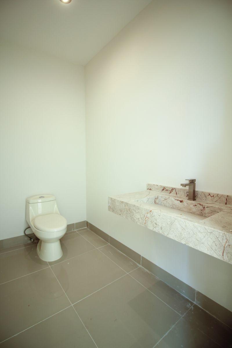 10 de 26: Medio baño en P.B.