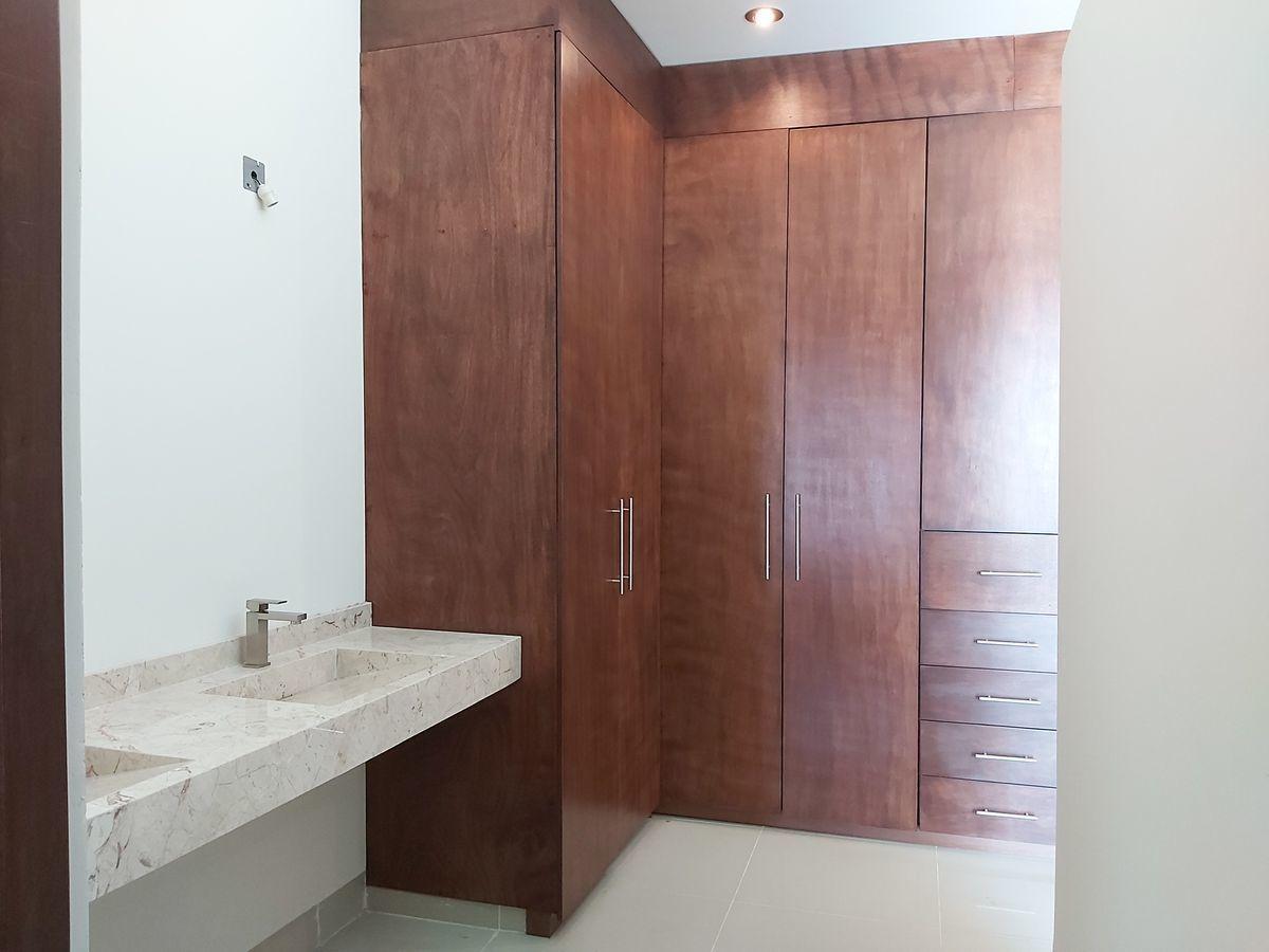 17 de 26: Baño completo con vestidor