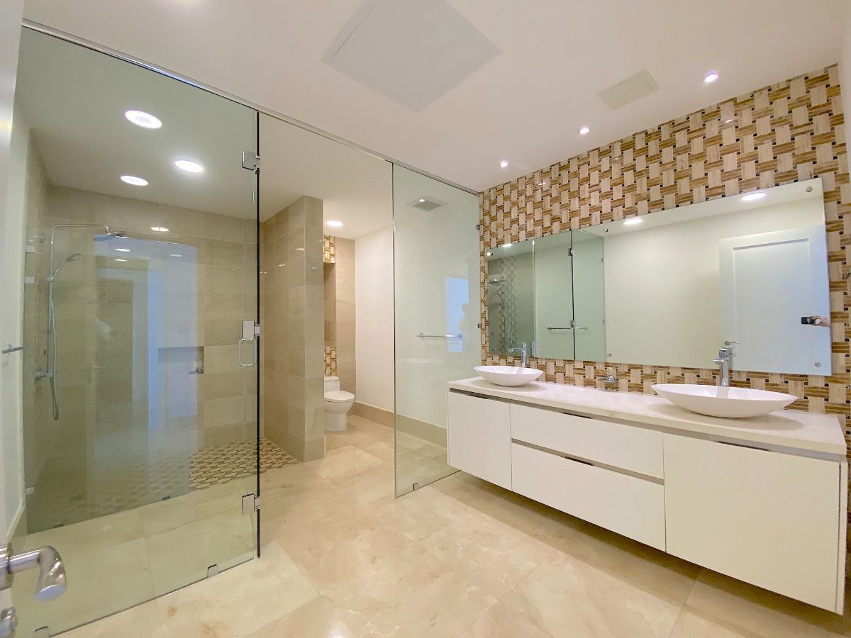 11 de 23: Amplio baño habitación principal