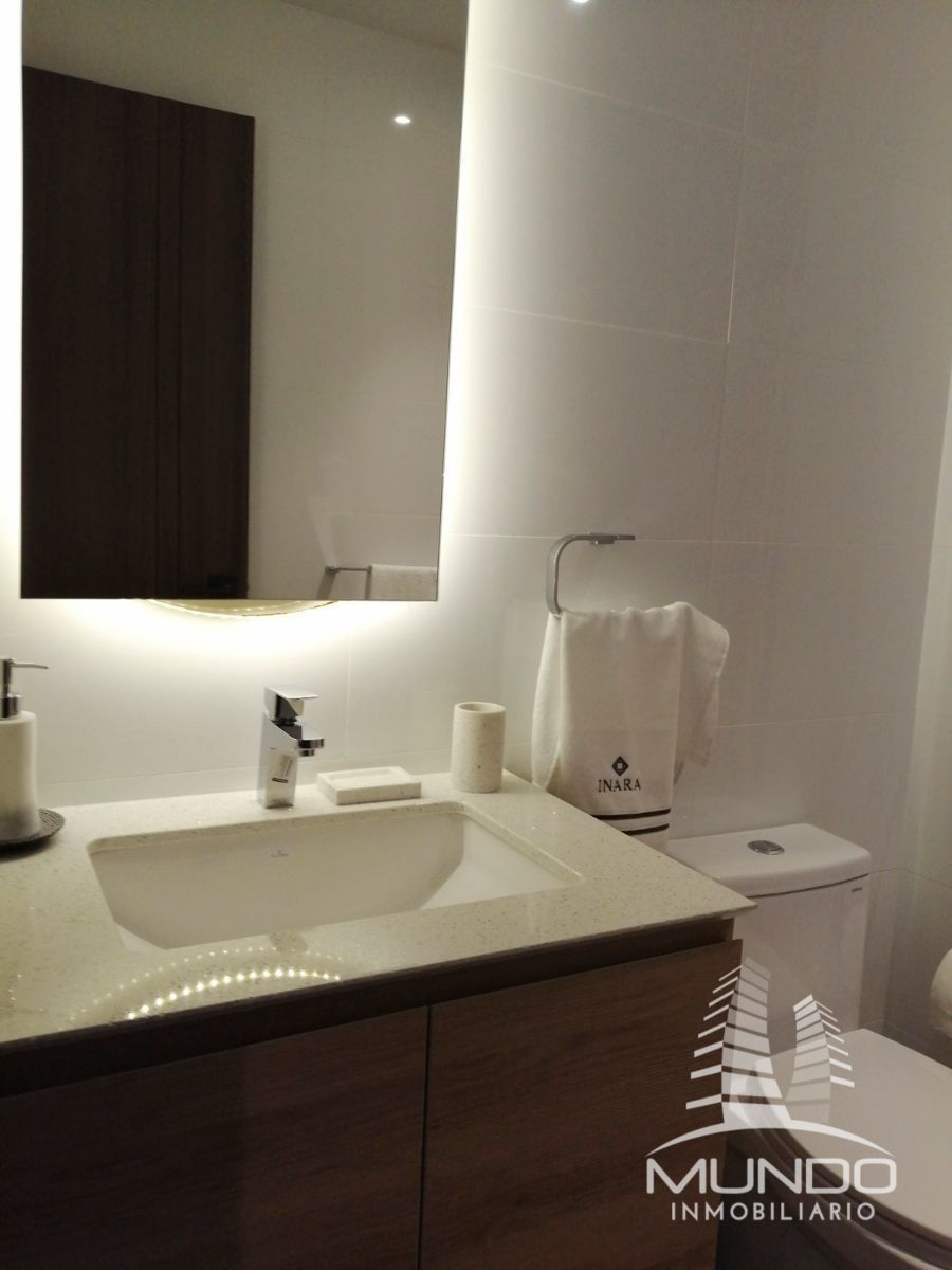 8 de 8: Baño completo con azulejo y detalles. No espejo