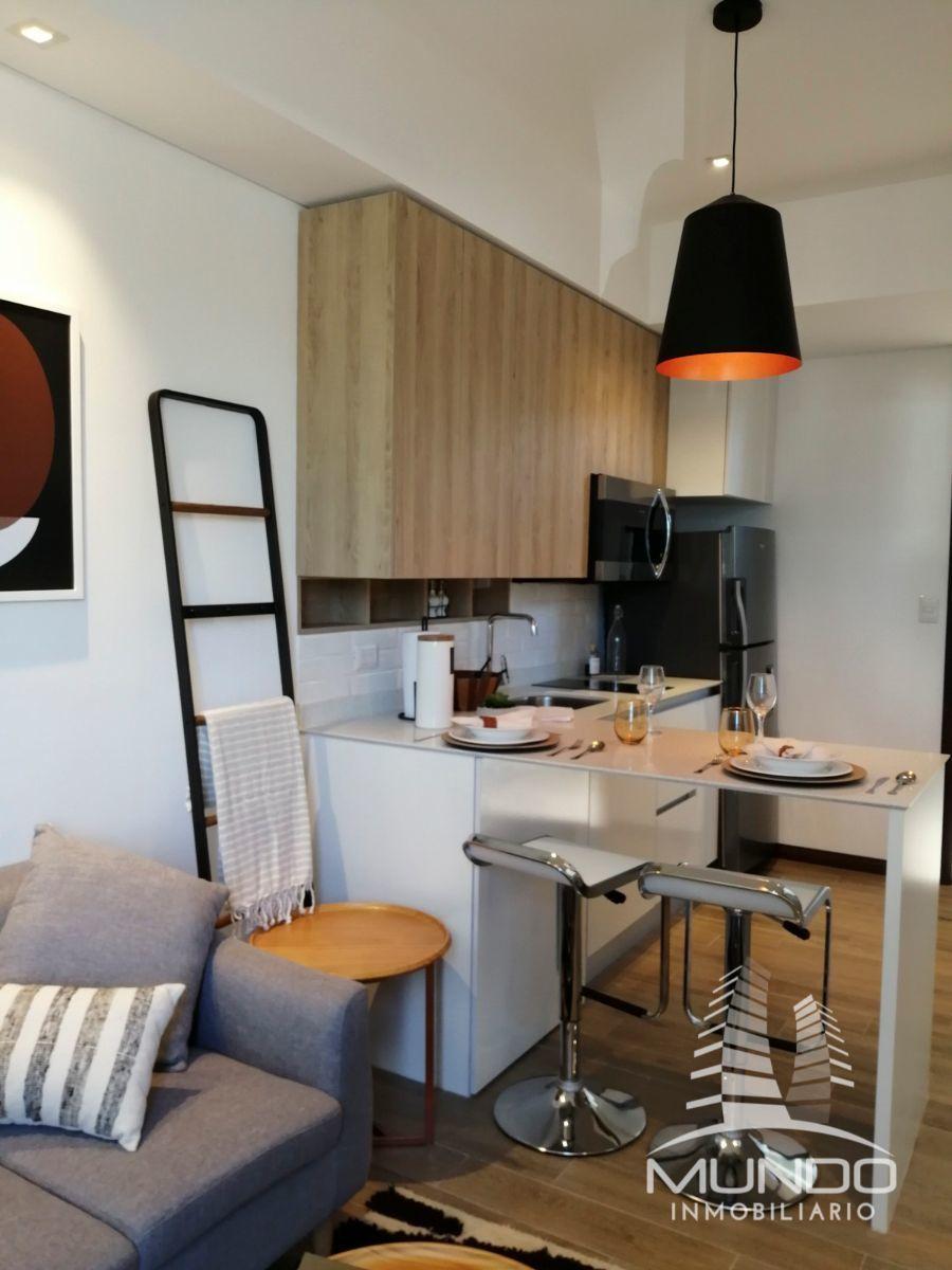 4 de 8: Cocina con gabinetes y top de cuarzo color blanco